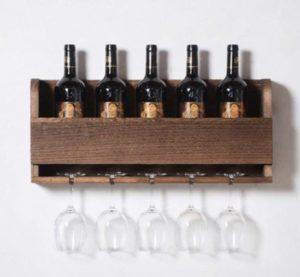 vinreol med vin og glas til køkken
