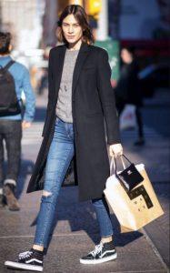 Jeans og sorte sneakers look