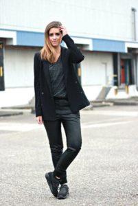 sorte jeans sorte sneakers look